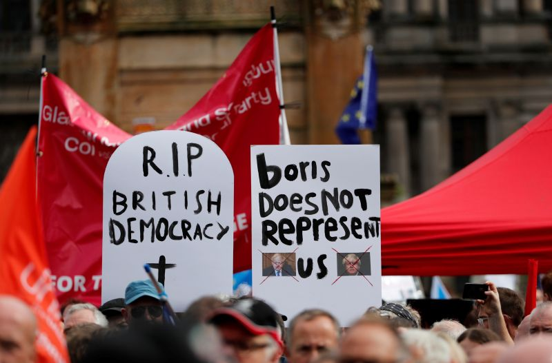 Brexit: Thousands protest Johnson move to suspendParliament