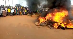 Nigeria: Irate mob burnt alife 3 bank Robbers inOyo